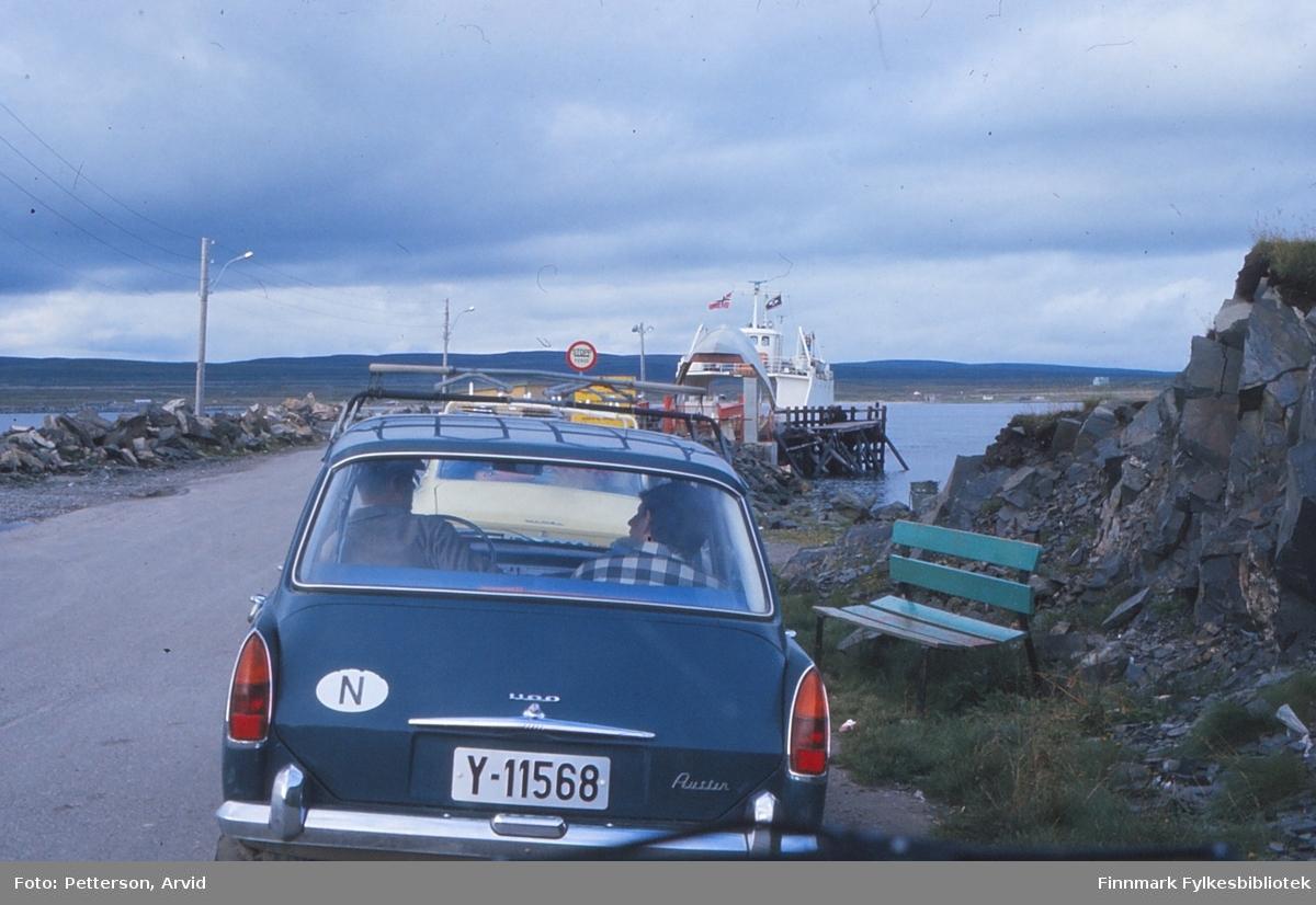Fergekø i Vardø Bussesund, 1974. Ruten mellom Vardø-Svartnes ble nedlagt da Vardøtunnelen ble tatt i bruk i 1982.