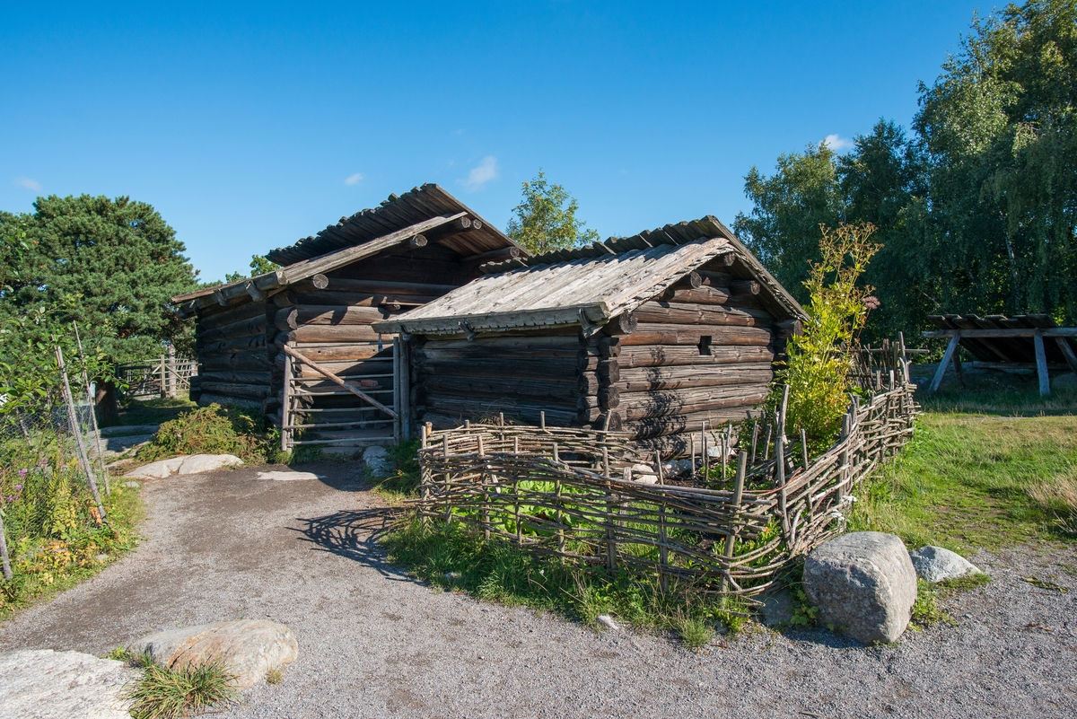 """Fäboden på Skansen visar hur en långfäbod i Älvdalen kunde se ut.   Inägorna består vanligen av en enda gemensam täkt, det vill säga ett område stängslat med gärdesgård som vid infartsvägarna samt vid fähusen genombryts av öppningar med grindar. Täkten, den så kallade """"butäkten"""", nyttjas för slåtter. Hölador är placerade inne i täkten. Här finns också eldhus och mjölkbod. På gränsen, i själva stängsellinjen ligger fähusen på rad.   Djuren släpptes och vallades på skogen under dagarna, men togs hem till fäboden på kvällen för att mjölkas, morgon och kväll, och stallas i fähuset under natten. Mjölken omvandlades på fäboden till hållbara produkter som surmjölk, smör, messmör och ost.  Fäbodbruket har haft stor betydelse för näringslivet i norra Sverige. Det förhållandevis mindre åkerbruket kompletterades med betydande boskapsskötsel genom ett konsekvent nyttjande av betesmarker vid hemfäbodar och långfäbodar,  belägna på skiftande avstånd från hemgården.  Fäboden på Skansen  består av byggnader insamlade från fäbodar i Älvdalens socken, kompletterad med fäbodbyggnader från Ovansiljanområdet. Byggnaderna har samlats ihop över tid och representerar i sin anläggning och sina husformer en  fäbod med mycket ålderdomliga drag. Fäboden på Skansen invigdes 1938.   Fram till 1938 fanns på Skansen en fäbodvall uppförd 1892 av timmermän från Mörsil i Jämtland."""