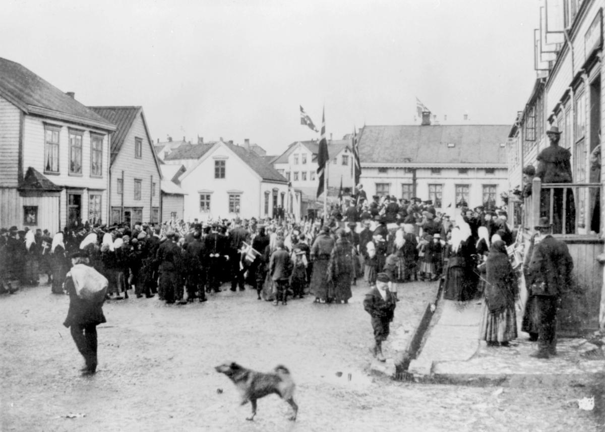 17.mai i Vadsø i 1904. Folkemengde samlet på torget, de er på vei oppover Tollbodgaten.
