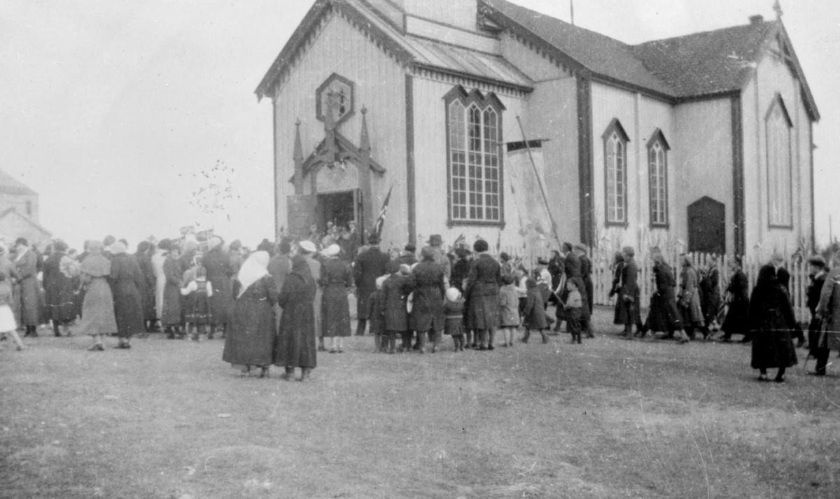 17. mai-feiring i Vadsø rundt 1910. Folkemengde foran kirka.