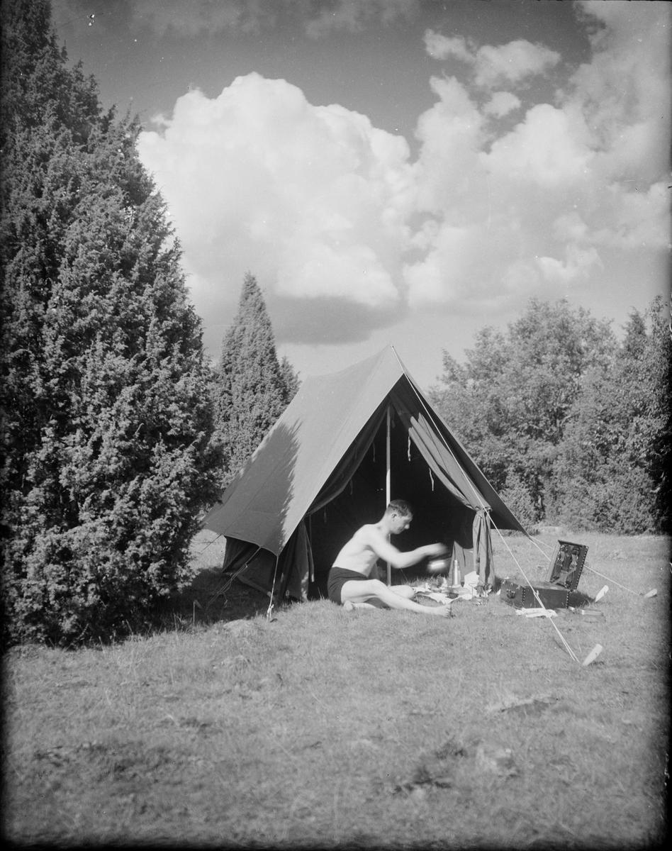 Josef Edhlund med kaffepanna och spritkök utanför tältet, Sverige