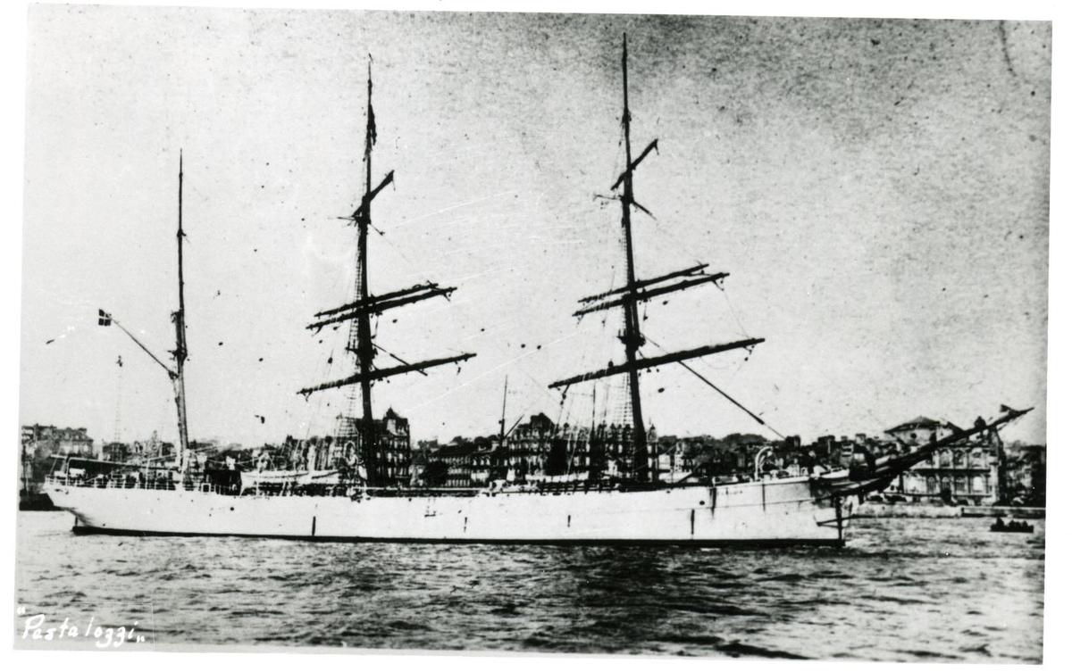Tremastade barken Pestalozzi ägdes av Gustaf Erikson 1934 - 1937.