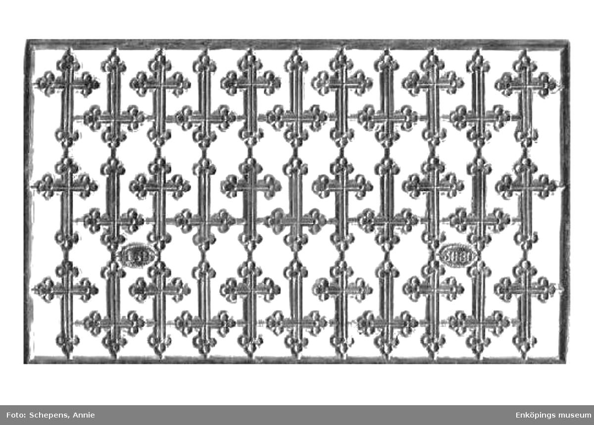 Ett bokmärke från tyska förlaget och tryckeriet Littauer & Boysen, även kallat L&B.  L&B grundades av Arnold Littauer och Franz George Boysen. Förlaget var verksamt mellan åren 1887–1921. L&B sålde halva sin kollektion av tryckplåtar till Z&M 1920, då L&B började avveckla sitt företag. Konstnär/ tecknare: okänd. Motiv: Silverkors (Bild nummer två visar karta L&B 3080 som bokmärkena kommer ifrån. Kartan är ett privat foto lånat av Annie Schepens, Nederländerna).