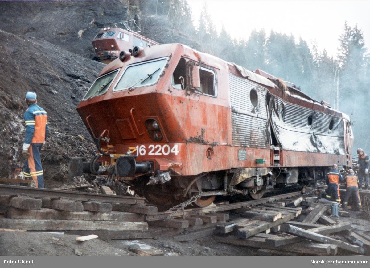 Avsporet og veltet elektrisk lokomotiv El 16 2204 etter å å kjørt inn i et jordras. Lokomotivet fikk store skader, men ble berget og reparert. Her er lokomotivet jekket opp og klargjort før flytting over på provisorisk spor