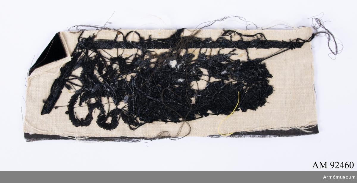 Svart kläde med svart sidenbroderi föreställande lövverk och krona.