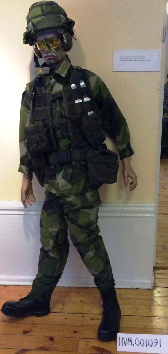 med hjälm90, hjälmdok, skyddsglasögon, stridsväsk 90, skyddsmaskväska och knäskydd