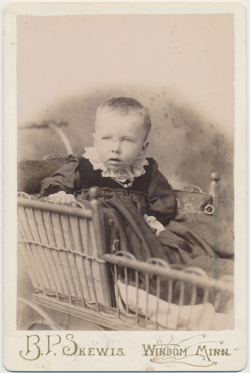 Lite barn i barnevogn, Ant. en av jentene til familien Smedstad.