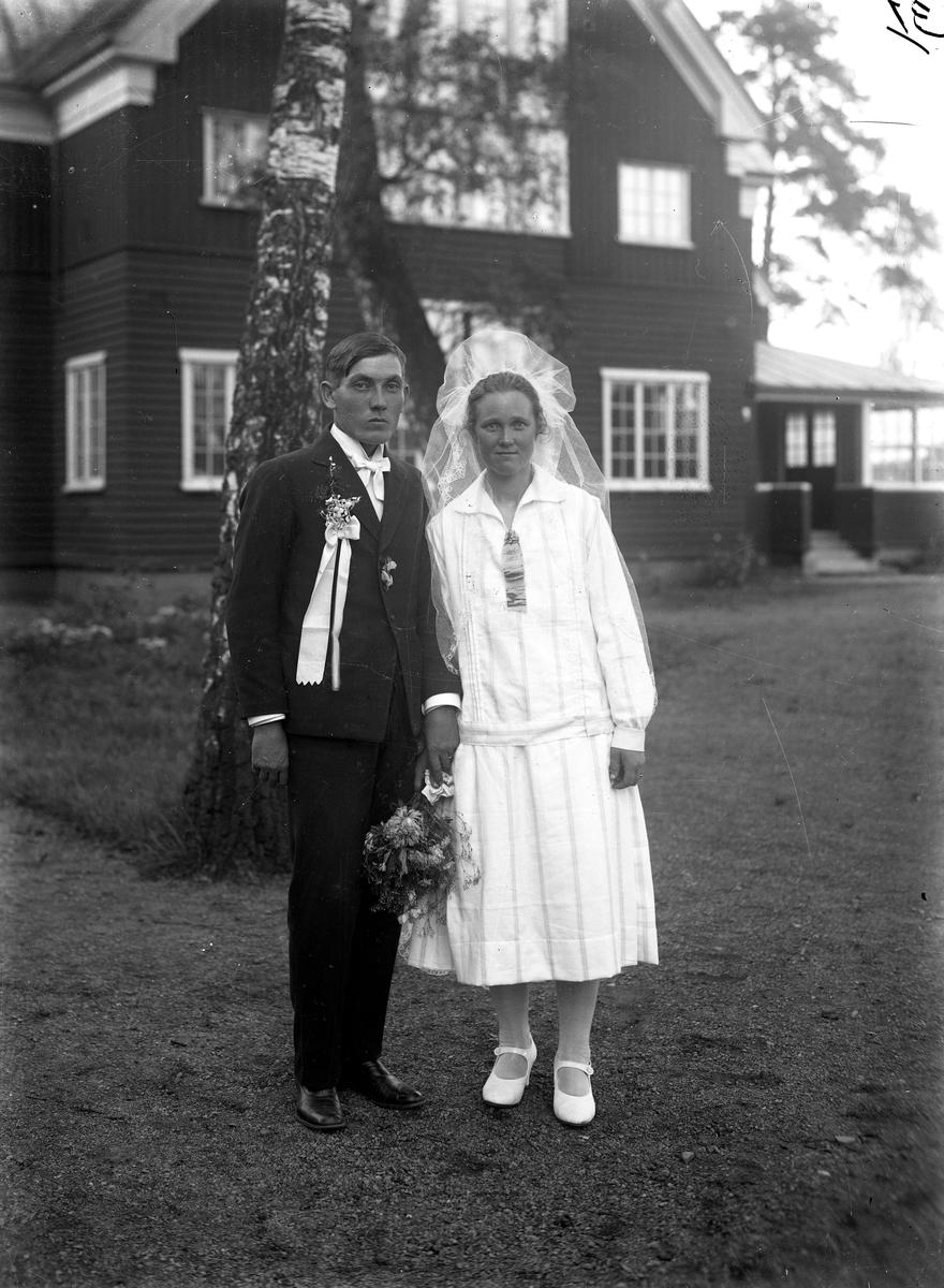 Ett brudpar utanför Stugan i Stadsparken. Efter ankomsten till Jönköping 1929 var det några av svenskbyborna som ingick äktenskap. Ena paret i ett dubbelbröllop var Gustav Johansson Albers och Lydia Andreasdotter Annas.