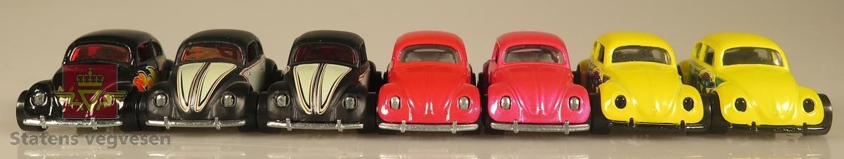 Samling av flere modellbiler. Alle er av samme produsent og produsert i lik tidslinje. 2 biler er gule, 2 biler er røde, 2 biler er svarte med hvite dekaler og 1 bil er svart med flammedekaler. Alle er laget av metall og har en skala på 1:64