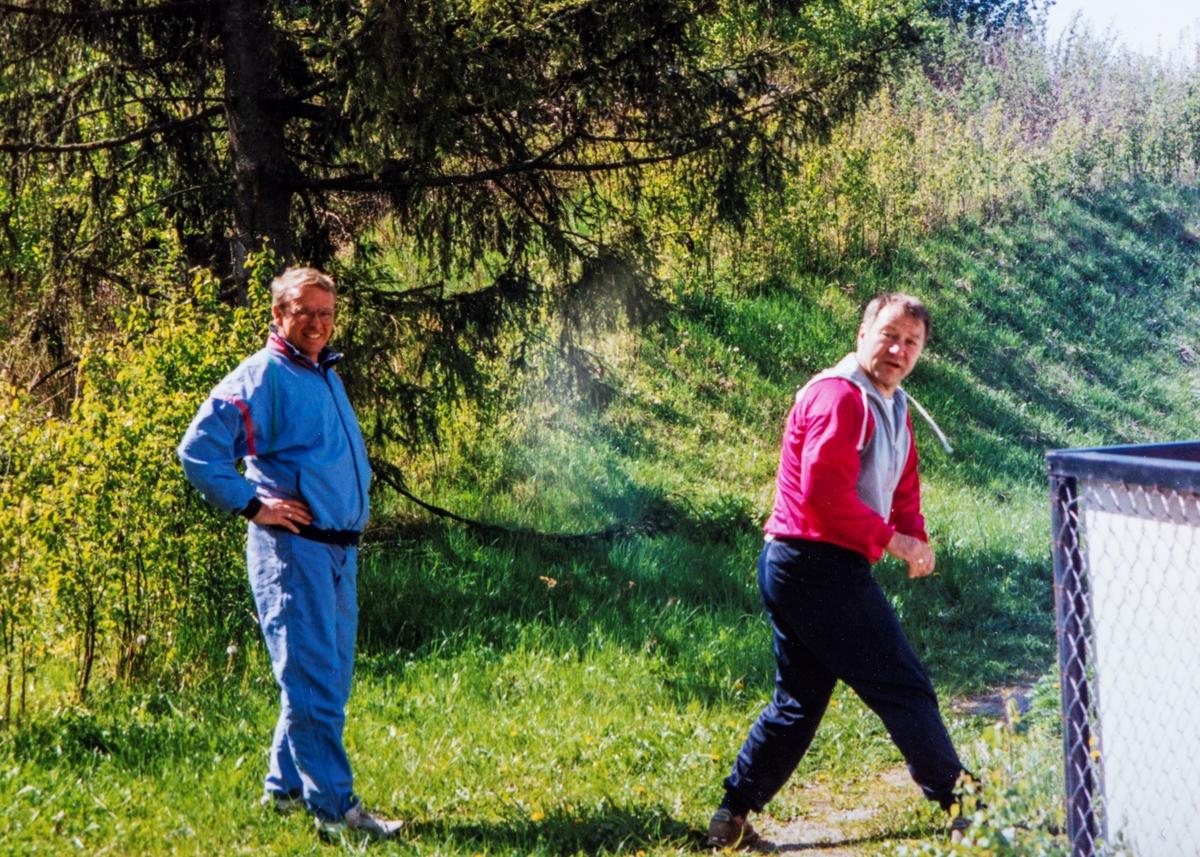 """Ordfører Jan Tyriberget (til høyre) og varaordfører Jon Nøkleholm klare til dyst ved Romedal Stadion.  Disse """"fylte"""" ordfører rollen i Stange i perioden 1992-1996"""
