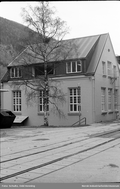 Laboratoret til Hydro Rjukan sett fra vest. Et vindu er tatt tatt ut i forbindelse med vedlikehold.
