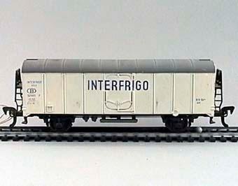"""Modell i skala 1:87 av vit kylvagn Nr:521001 med blå text """"INTERFRIGO"""".  Modell/Fabrikat/typ: Ho"""