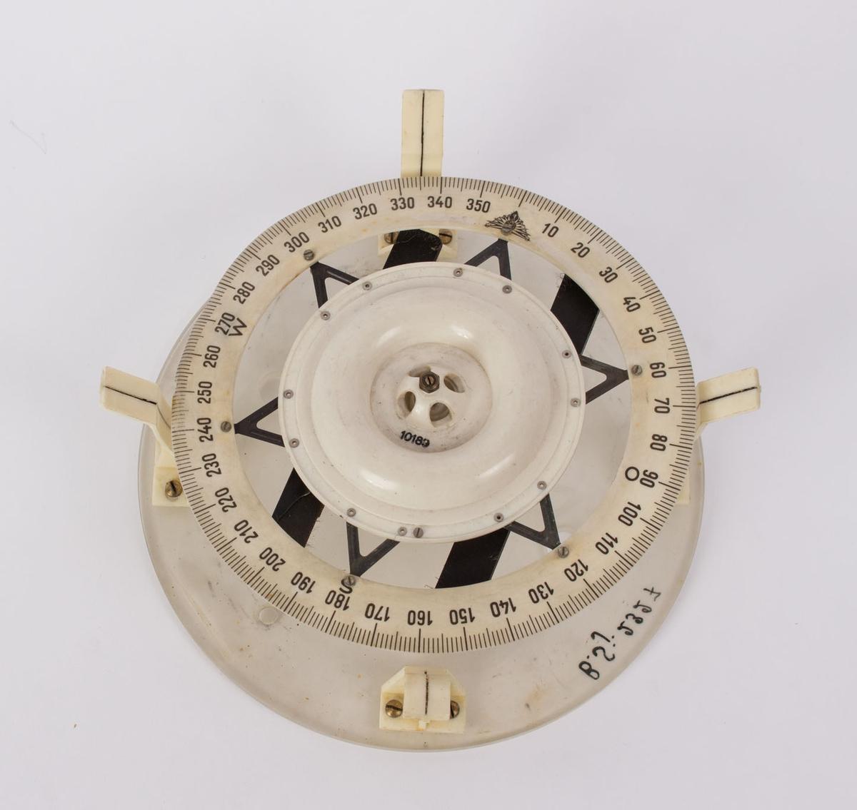 Tysk veskekompass, en variant som har vært gyert(?). Luftkompass på plaststativ.
