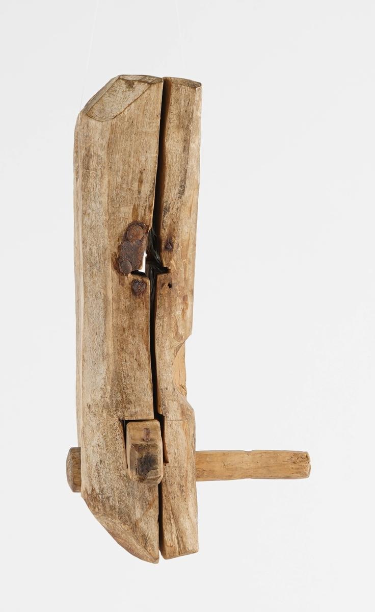 Trelås. Ei trekasse med èin låsepinne i tre, rest av jarnbeslag til nøkkel.