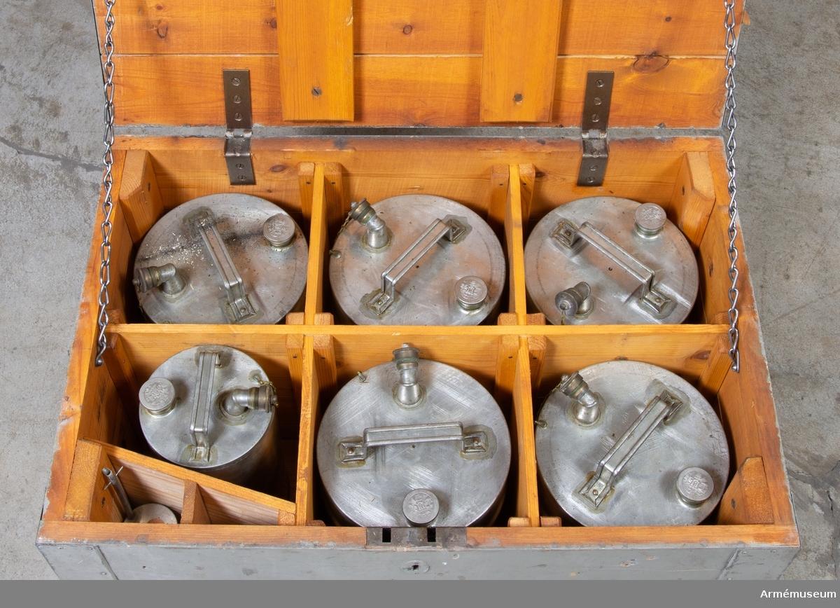 Grupp: I II.   Belysningskista no. 2 innehållande 6 st oljekärl och 1 st påfyllnadsflaska. För fältlasarett.