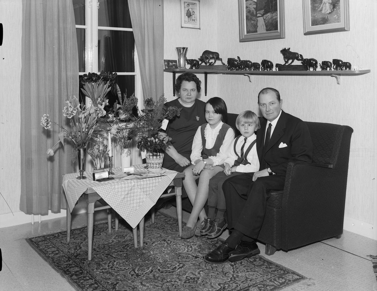 Familjen Mattsson i hemmet omgivna av blommor, Östhammar, Uppland