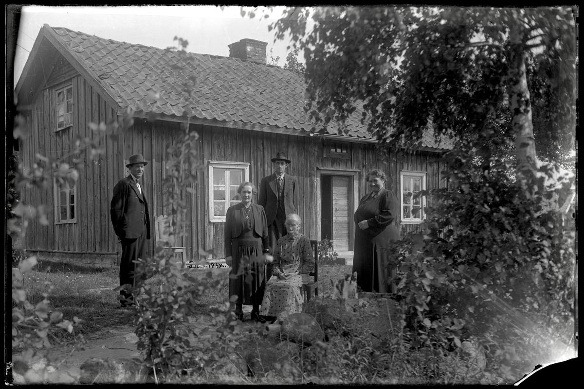 Familj framför bostadshus iGrankärr