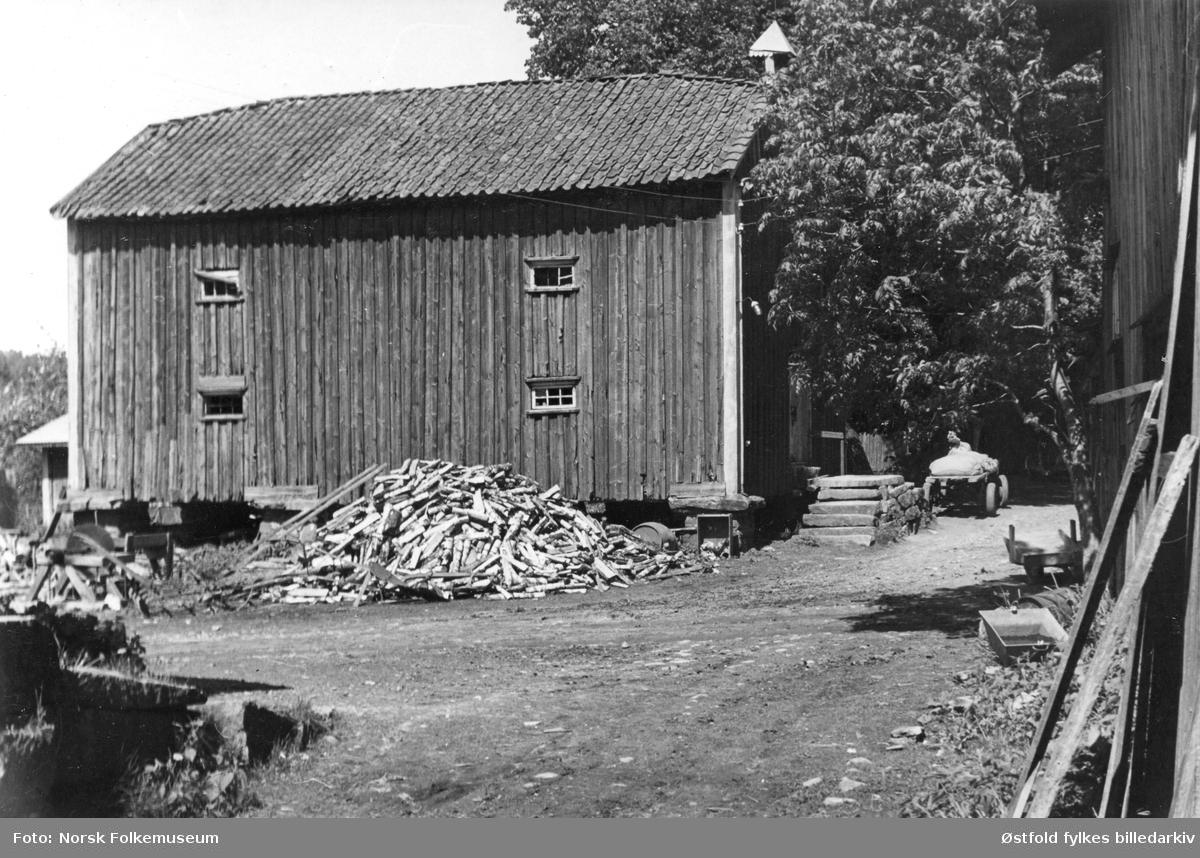 """Vevlen gård i Idd ved Halden 1949-50.. Tittel under bildet """"Buar""""eller """"Budr""""."""
