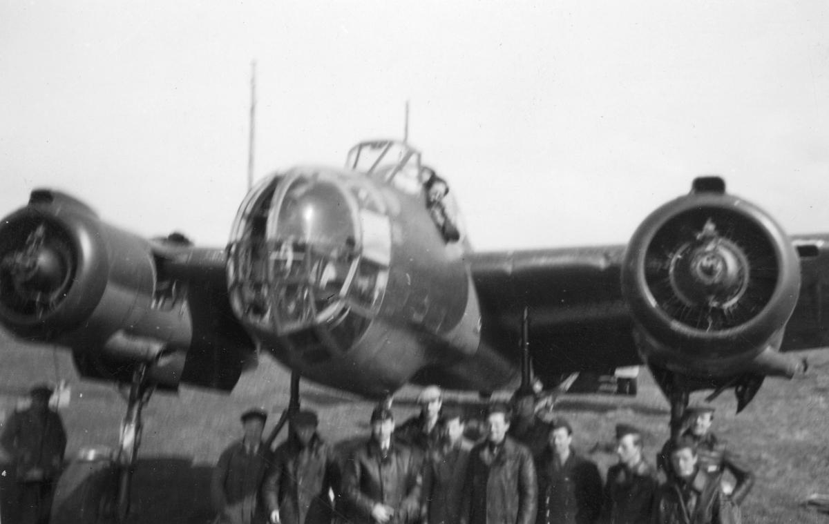 Flygvapenpersonal samlade nedanför flygplan Saab B 18 under reparation efter haveri vid Fyllebro utanför Halmstad, 1940-tal.