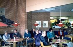 Flera personer är samlade på Brattåsgården, cirka 1990. Från