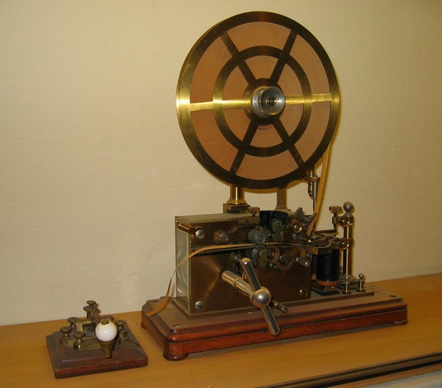 Telegraf med pappersrulle på hjulet.