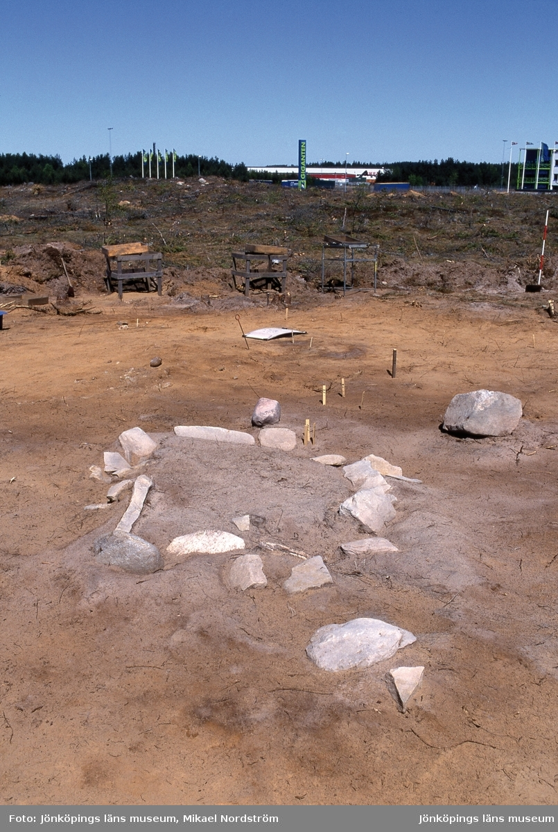 Stensättningen G3 på gravfältet RAÄ Barnarp 171, L1971:1158 på Torsvik i Jönköping. Första bilden är tagen från NNO och andra från SSV. Till vänster på första bilden syns en omkullfallen syndport. I graven fanns ingen begravning i form av brända ben men en järnkniv påträffades snett nedstucken i marken inom anläggningen, dessutom påträffades krossad över hela anläggningen.