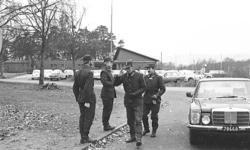 Militärbefälhavaren general Holm inspekterar.
