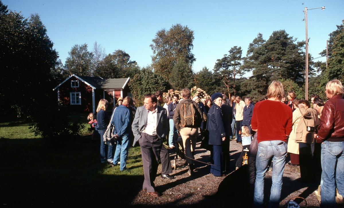 """Hembygdsgillets Tulebo-vandring vid Tulebo Nordgård 1:5 """"Bernanders"""", """"Mattssons"""" hösten 1980. Ledare var Staffan Bjerrhede som står längst bort i mitten. Relaterat motiv: A1756 samt A1758."""