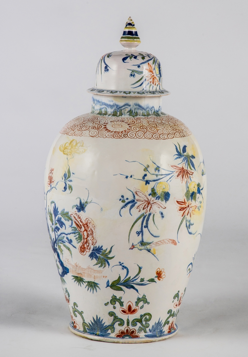 Kinesisk inspirerte motive med blomster og fugler.