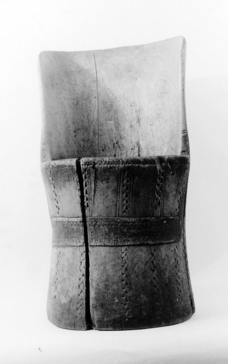 Sirkelformet tverrsn., nederdel noe innbuet, Nederdel vertikalt skårne striper. Tenner slått ned i setet