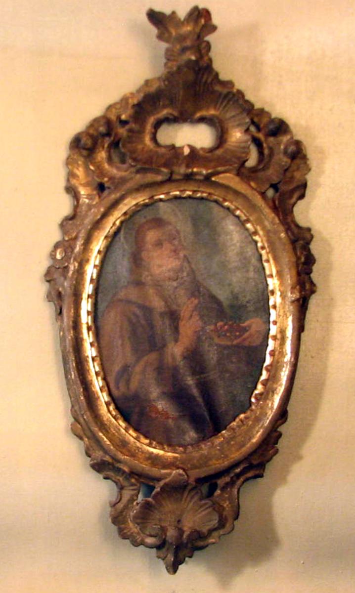 Oval;  Ramme: gj. brutt rok.ornament oppe og nede. Halvfig.; munk i brun kutte, glorie, høyrevendt, v. hånd velsign., h. m. blomsterkurv; Motivet forestiller sanns. den hellige Frans.