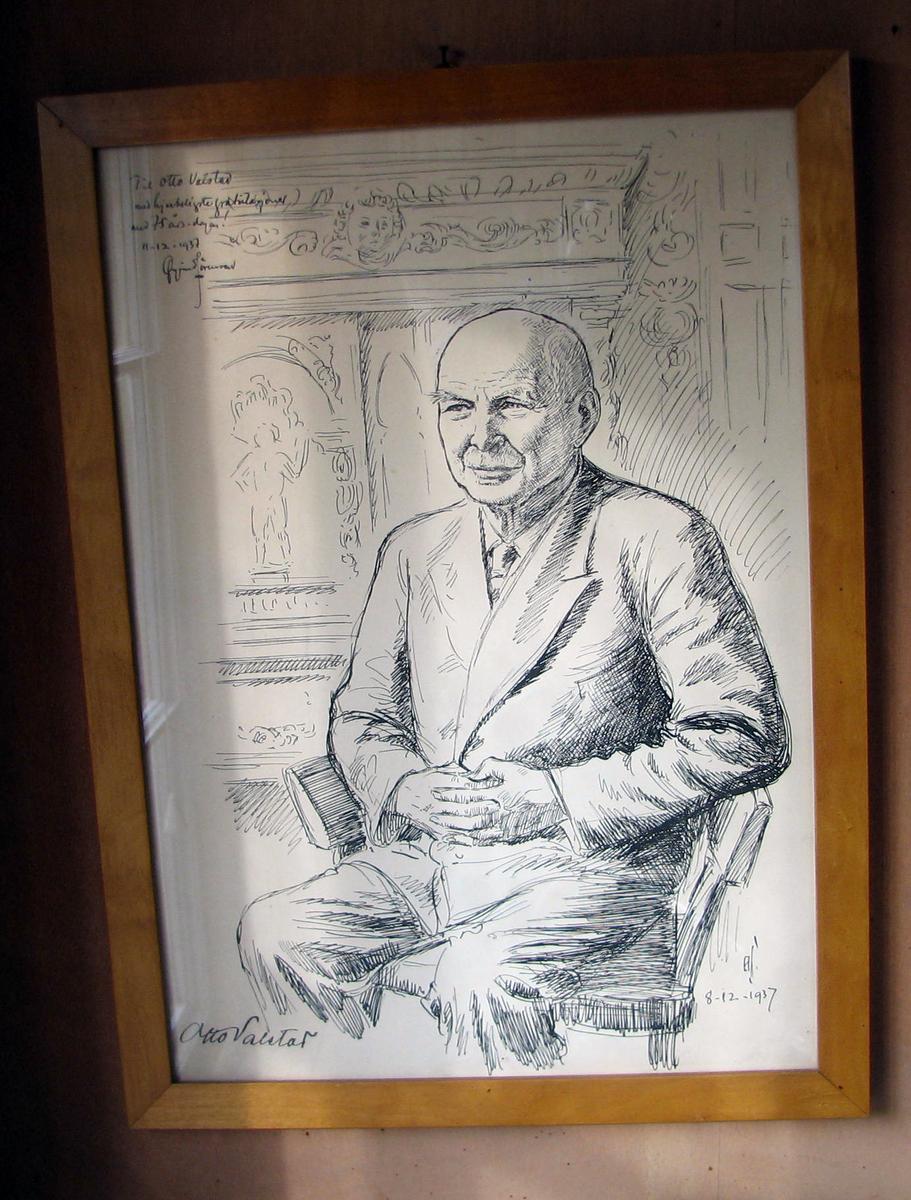 Rektangulær. Otto Valstad sittende i stol i atelieret; noe venstrev., avkuttet ved knærne.