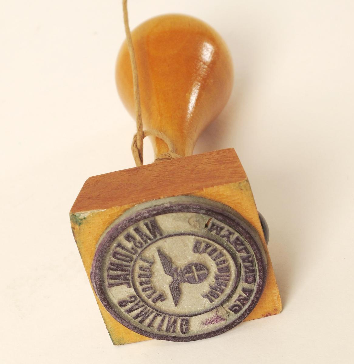 Stempel  for Nasjonal Samling, Mykland Lag, 1940 45.    Gummi  stempel,   furu  håndtak, lys polert.    Rundt, soppformet håndtak.   Tilstand: lite brukt, ser nytt ut.