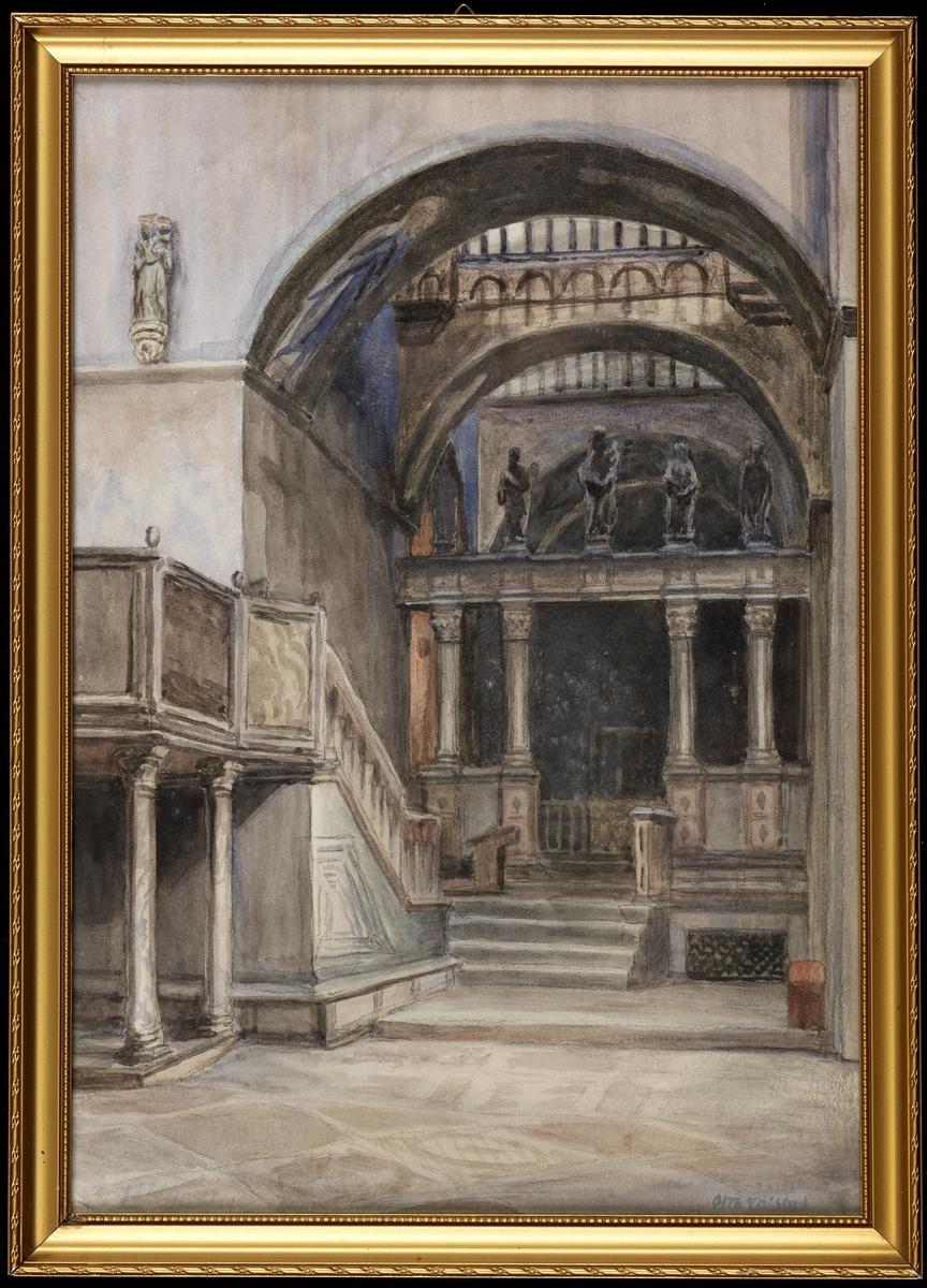 Detalj av kirkeinteriør, rundbuet åpning m. korskranke m. skulptur, i forgr. til venstre del av prekestol.