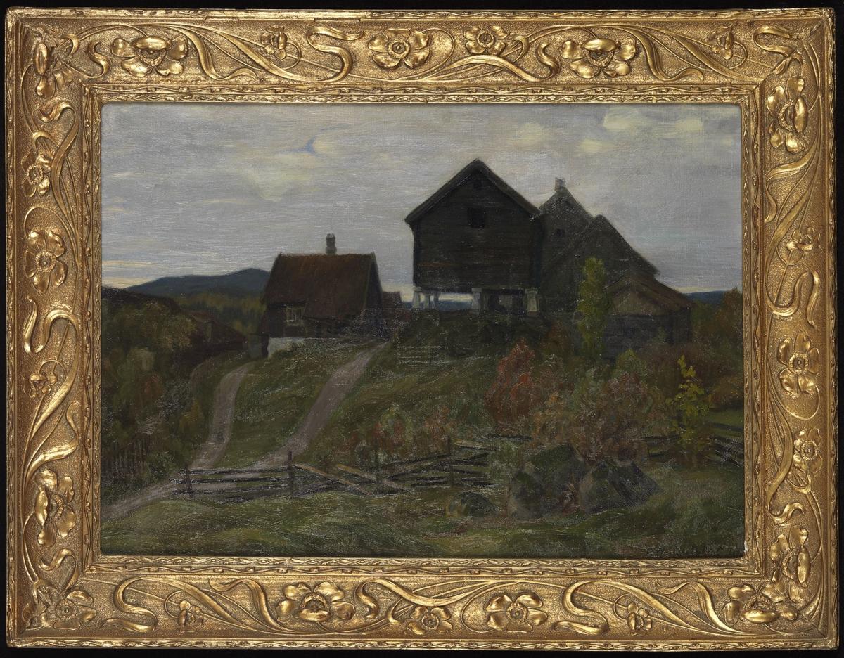 Bondegård, bygninger på en topp, mot himmelen, høstfarger på vegetasjonen i forgrunnen