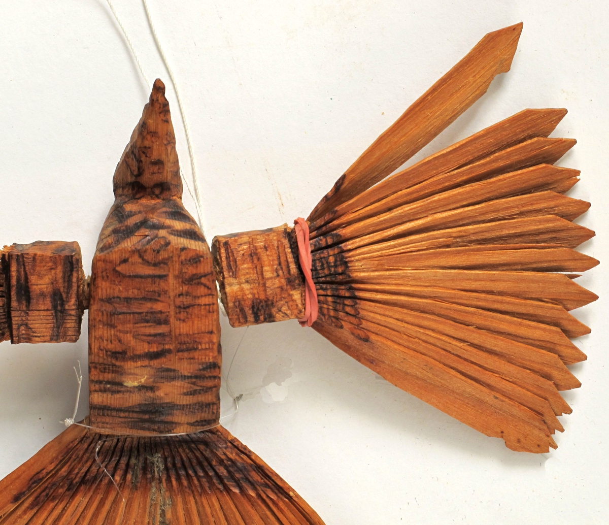 Form: Av 3 trestykker, hode, kropp stjert sammen, vingene av to stykker