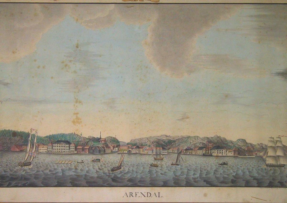 Prospket av Arendal sett fra fjorden, Kulltangen på Hisøy eller Galtesund. Flere båter og skip i forgrunnen, meget lav horisont og høy lettskyet himmel. Prospektet rekker fra Tyholmens vestpynt til Batteriet. Under billedet står skrevet ARENDAL., og i n.h.hjørne : Prospecteret og tegnet af Ms Moe. 1823