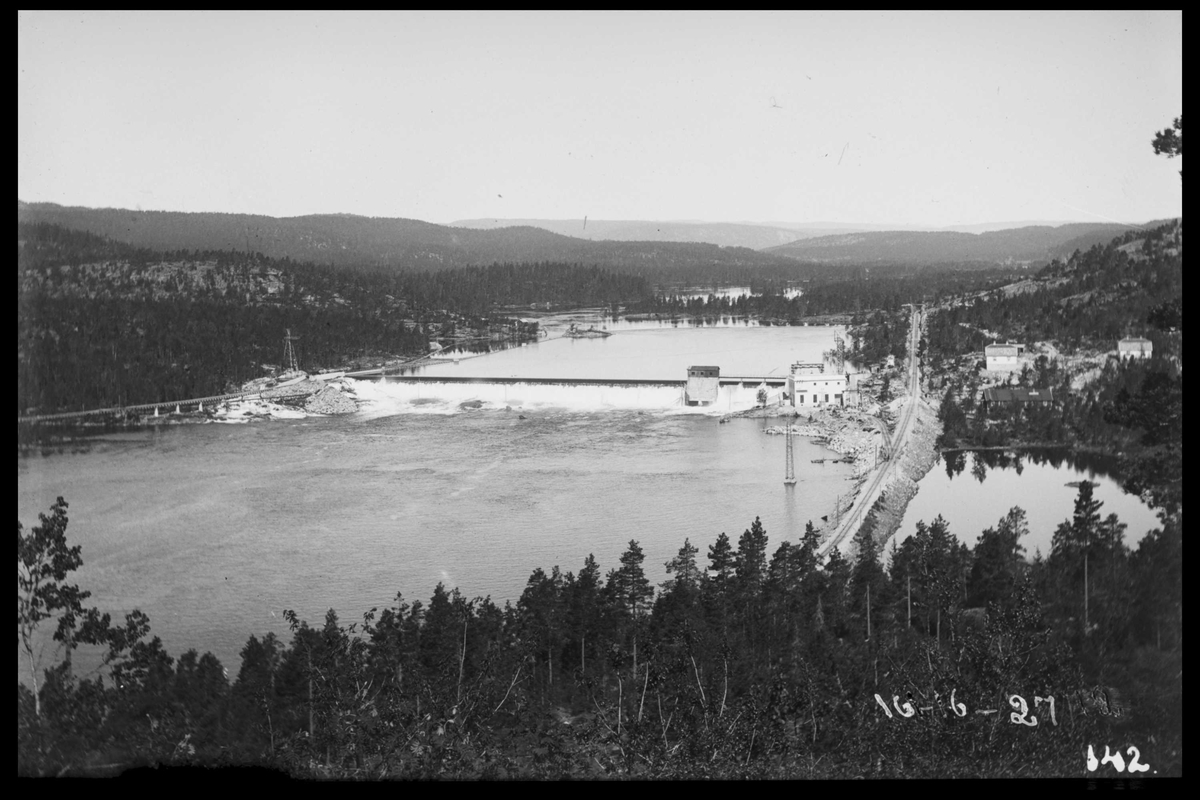 Arendal Fossekompani i begynnelsen av 1900-tallet CD merket 0468, Bilde: 44 Sted: Flaten Beskrivelse: Oversiktsbilde fra heia ved Kiland