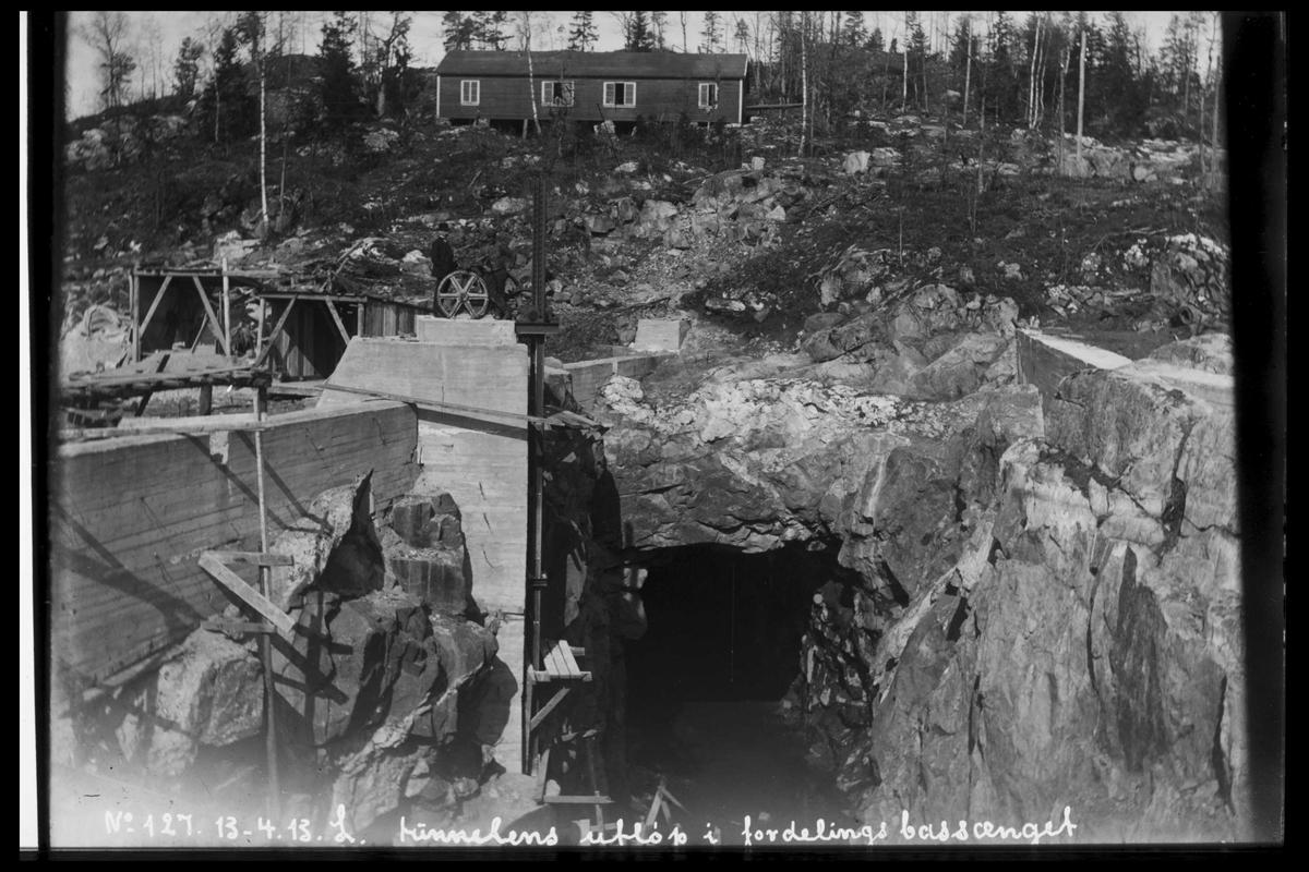 Arendal Fossekompani i begynnelsen av 1900-tallet CD merket 0470, Bilde: 45 Sted: Bøylefoss Beskrivelse: Tunellutløpet i basseng 2. Mannskapsbrakke ovenfor