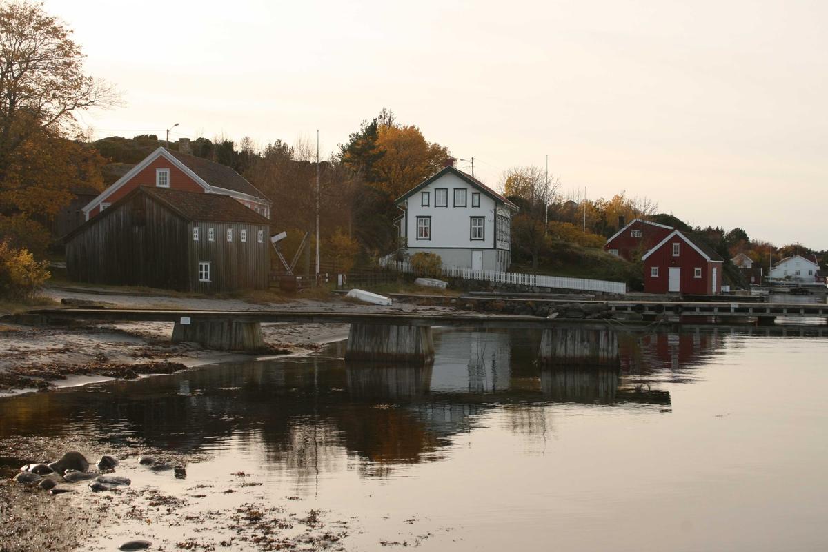 Merdøgaard, gårdstun sett fra NØ. Sjøbodens gavl mot Ø. Brygge og nabohusene på veestsiden.