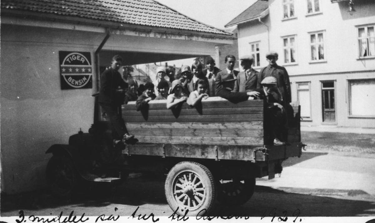 På skoletur til Askim i lastebil (3. middelskoleklasse)