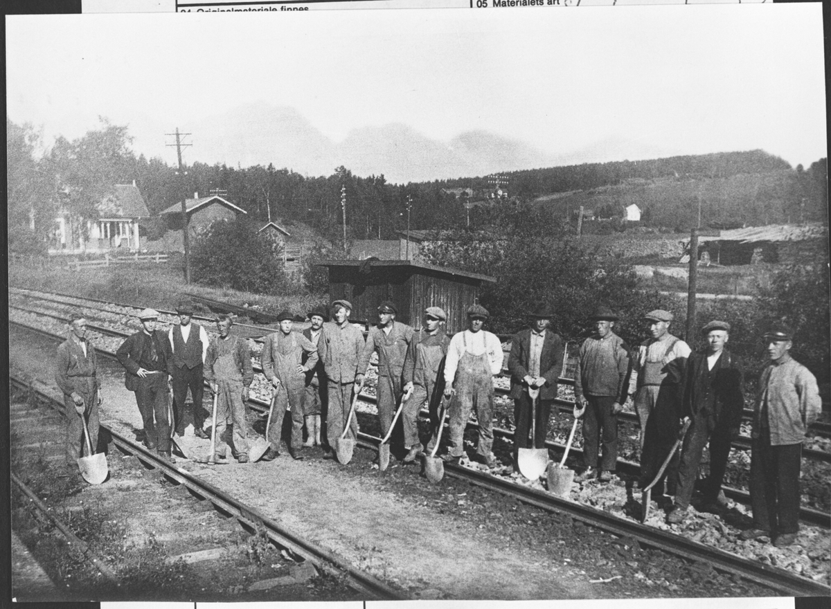 Linjearbeidere ved NSB. Elektrifisering av strekn. Oslo - L.str