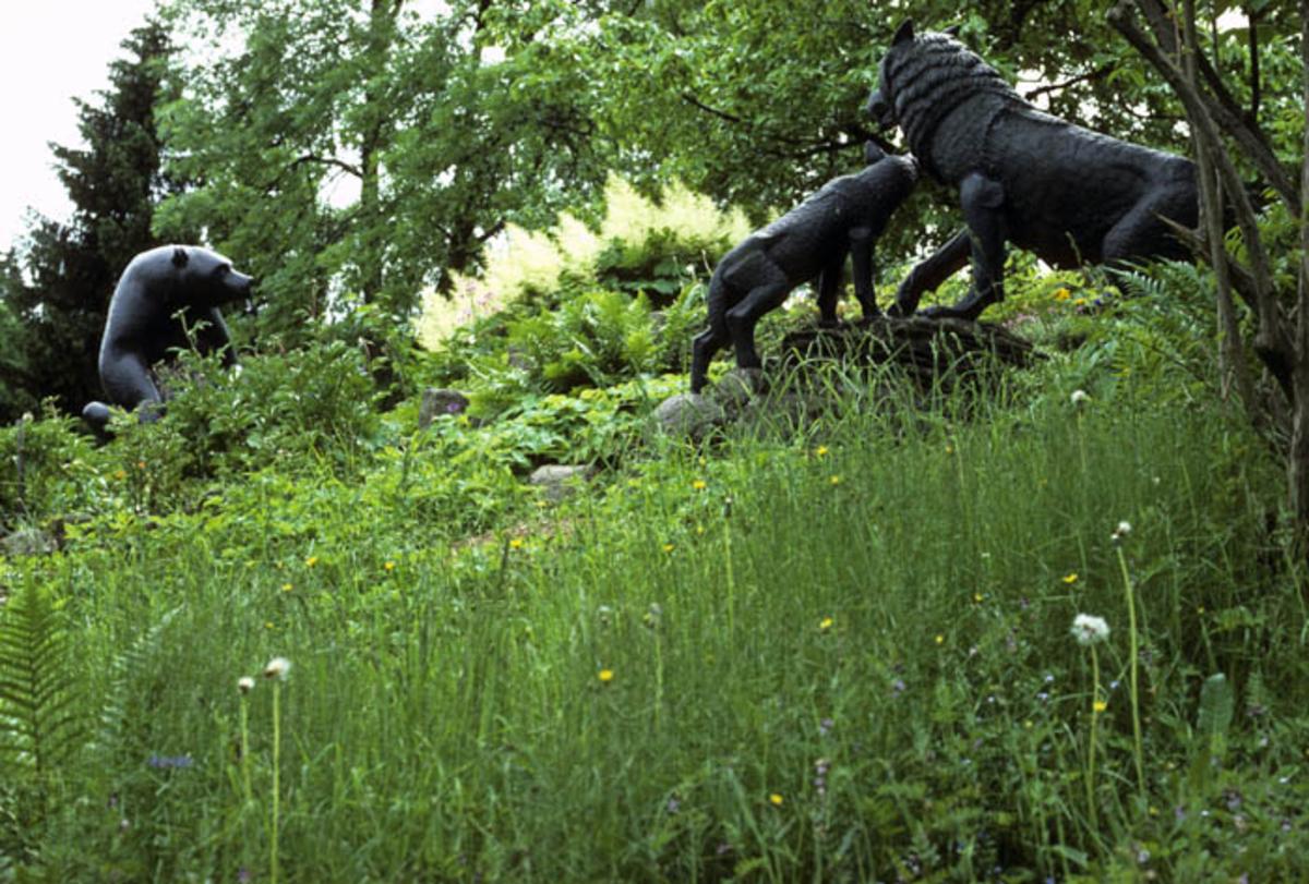 Ulv og bjørn i bronse av Anne Grimdalen.