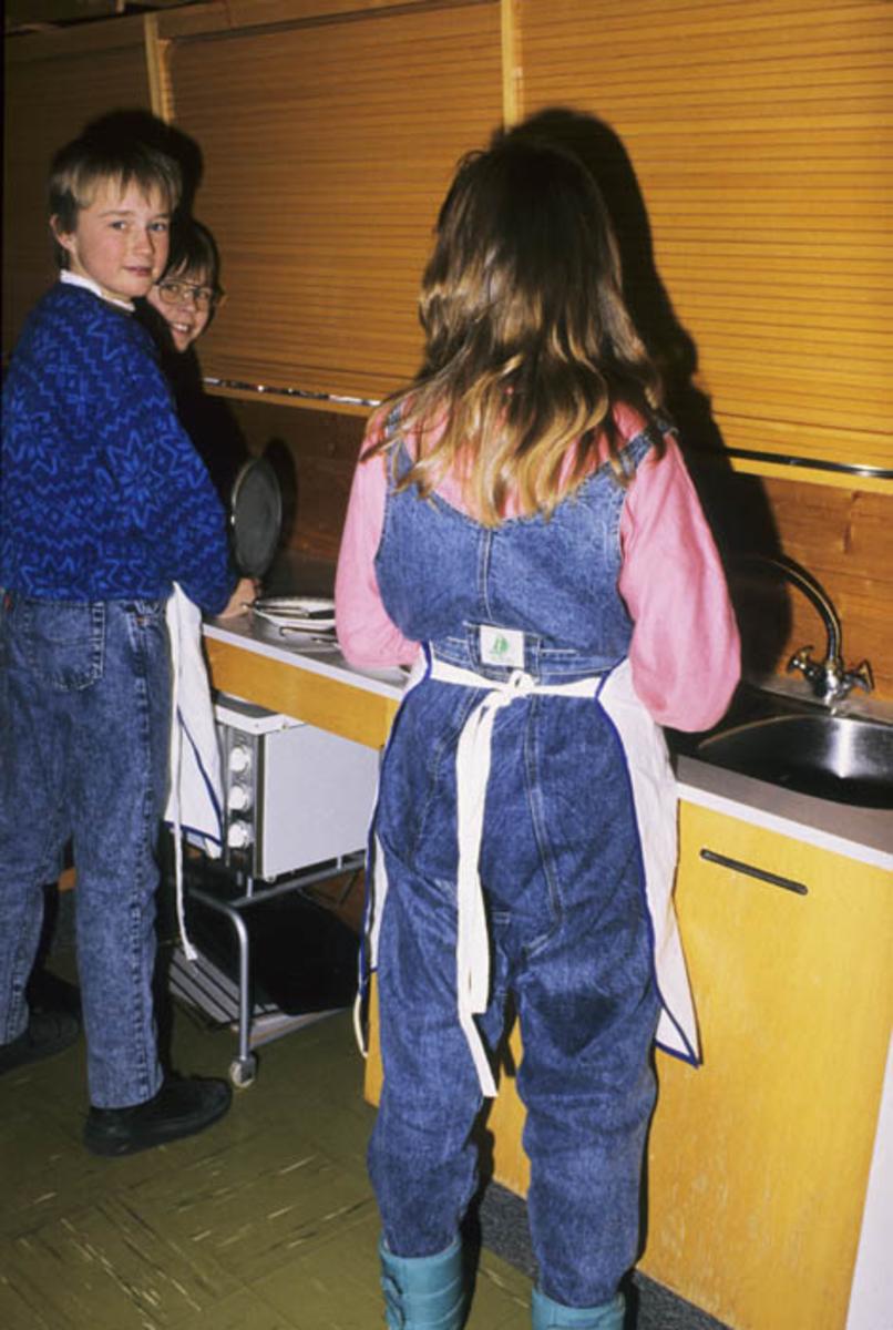 Elever lager mat på skolekjøkken.
