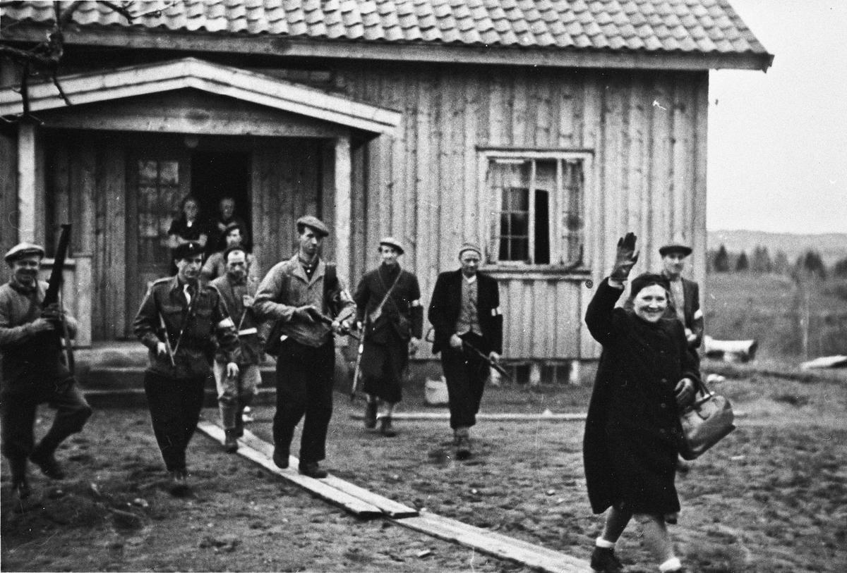 Arrestasjon av NS – folk. Kona til NS – leder for Øvre Romerike Helge Løken.