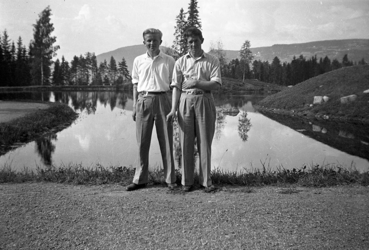 To menn ved et vann.