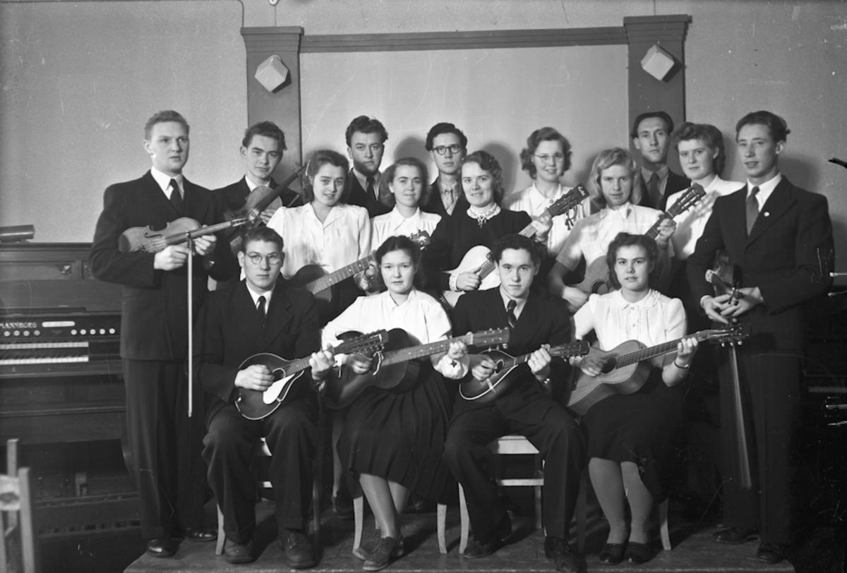 Musikk og religion. Gruppe med gitar, banjo og fiolin.