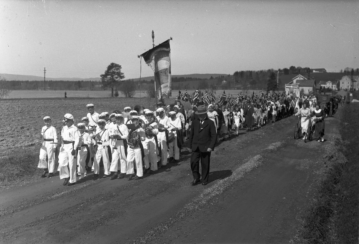 17. maitog. Korps foran. Fane fra Ås skole. På veien fra Ås skole mot Eidsvoll kirke.