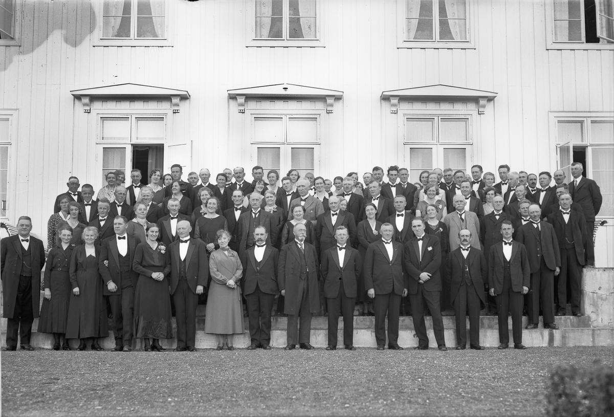 Stor gruppe. Bestyrer på Akershus Fylkes Husmorskole Helene Hval i midten. Redaktør Erling Grieg foran, noe til høyre. Før krigen.