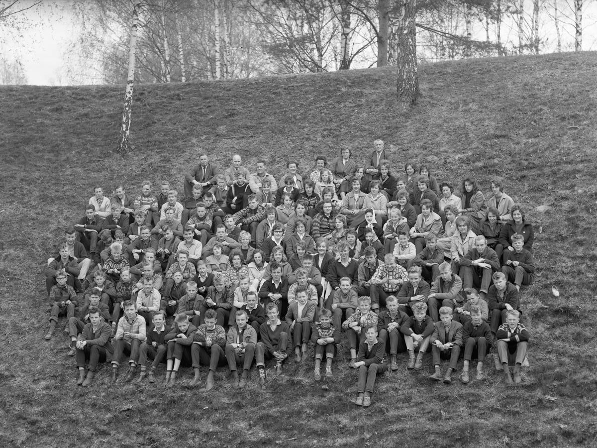 Eidsvoll Framhaldsskole ca. 1965. Lå der som Vilberg ungdomsskole ligger i dag. Lærere bak fra v.: X, Magne Verlo, Svarland, Fenstad, Stokke, Stubberud, Håkon Thommassen.  Elever: Skjønberg, Elstad, Arne Hoel, Vidar Sollihøgda.
